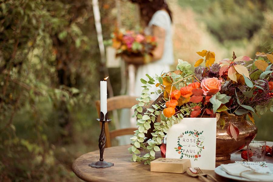 Seance_octobre_2017_emilie_garcin_07 chandelier décoration bucolique faire part bouqet de fleur orange rouge et mariée