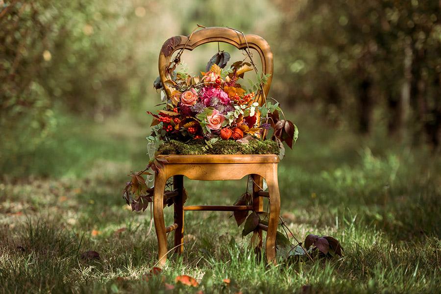 Seance_octobre_2017_emilie_garcin_01- décoration champêtre bouqet de fleurs rose et rouge dans un champ chaise