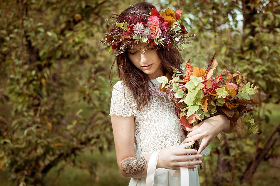 Seance_octobre_2017_emilie_garcin_10 mariee tatouage style bucolique champêtre bouqet de fleur orange et rouge et couronne de fleurs
