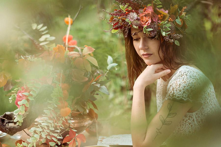Seance_octobre_2017_emilie_garcin_18 mariée bucolique couronne de fleurs orange et rouge plantes