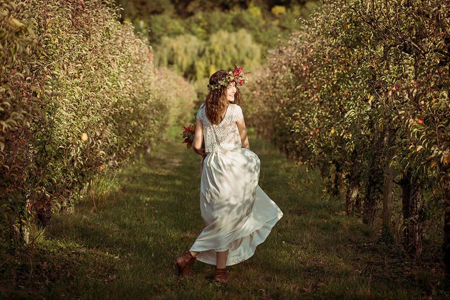 Seance_octobre_2017_emilie_garcin_52 mariée couronne de fleurs champêtre et bucolique tatouage champ nature vert robe deux pièces blanche