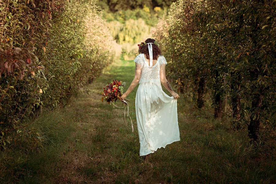 Seance_octobre_2017_emilie_garcin_52 mariée couronne de fleurs champêtre et bucolique tatouage champ nature vert robe deux pièces blanche bouquet de fleurs
