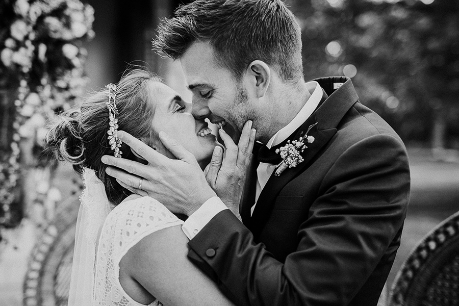 chronique-mariage-giacomelli-wedding-planner-ceremonie-campagne-baisers-alliances-noir-blanc