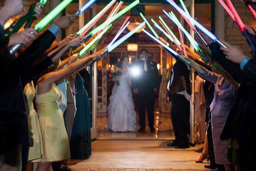Chronique idées pour un thème mariage Star Wars - allée d'honneur sabre laser