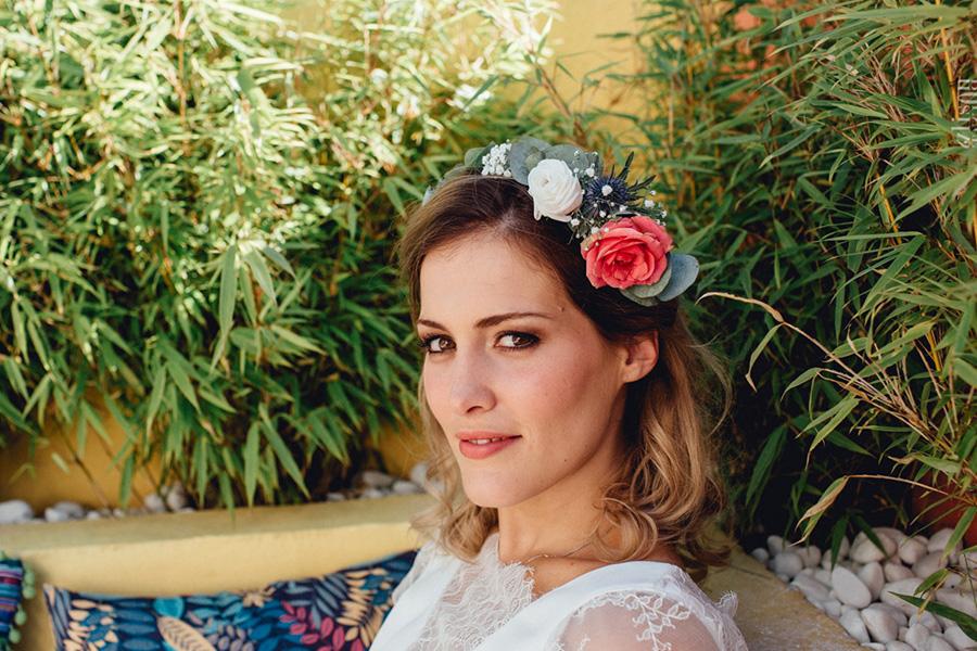 Chronique coiffure et maquillage beauty art coiffure lyon mariage brune couronne de fleurs rouge et blanche