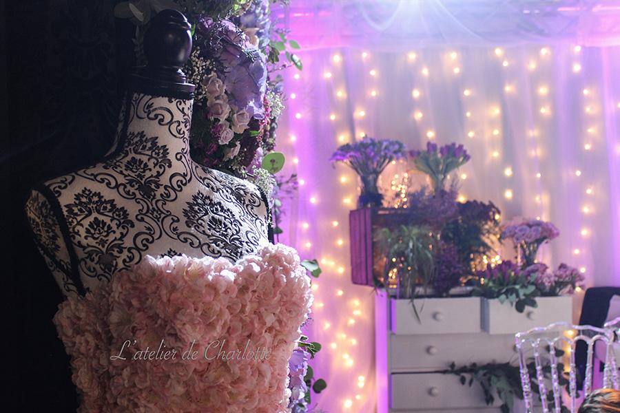Fleuriste mariage Lyon Atelier Charlotte mur de fleurs et robe en fleurs rose