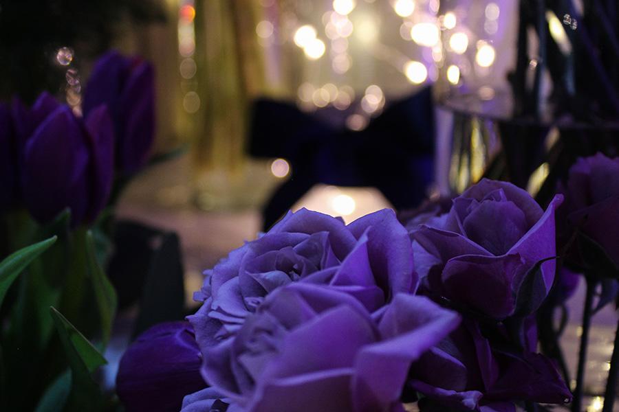 Fleuriste mariage Lyon Atelier Charlotte mur de fleurs violette