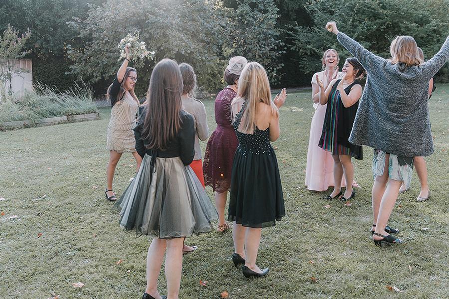Photographe lyon mariage asb photographe chronique domaine des balcons lancé de bouquet