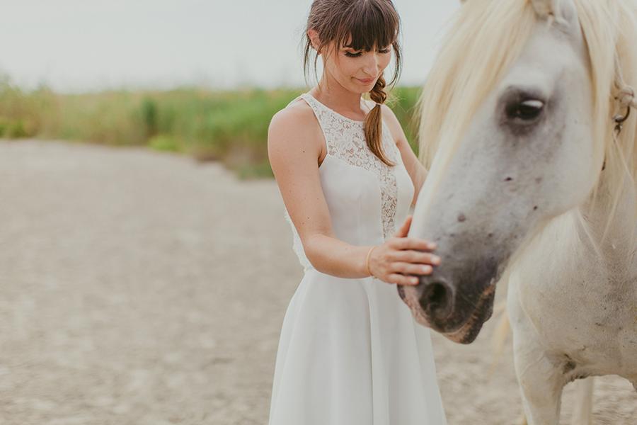 Maquilleuse et coiffeuse beauty art coiffure lyon mariage cheveux lâchés nude robe courte blanche cheval plage