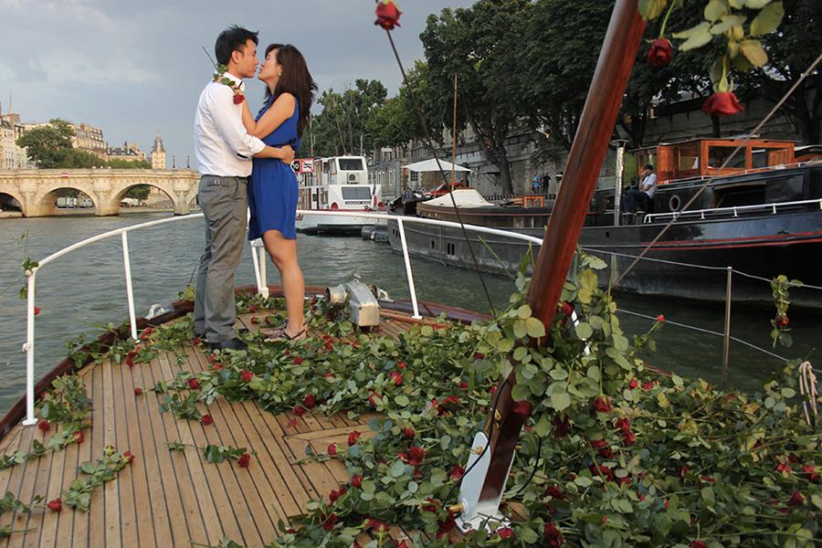Apoteo Suprise demande en mariage x lyon mariage originales pluie de rose bateau