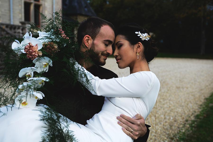Créatrice de robe de mariée Maryline Garel shooting couple bouquet de fleurs créatrice de robes de mariée