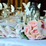 chronique-decoration-table-plan-bouquet-rose-papillon-une