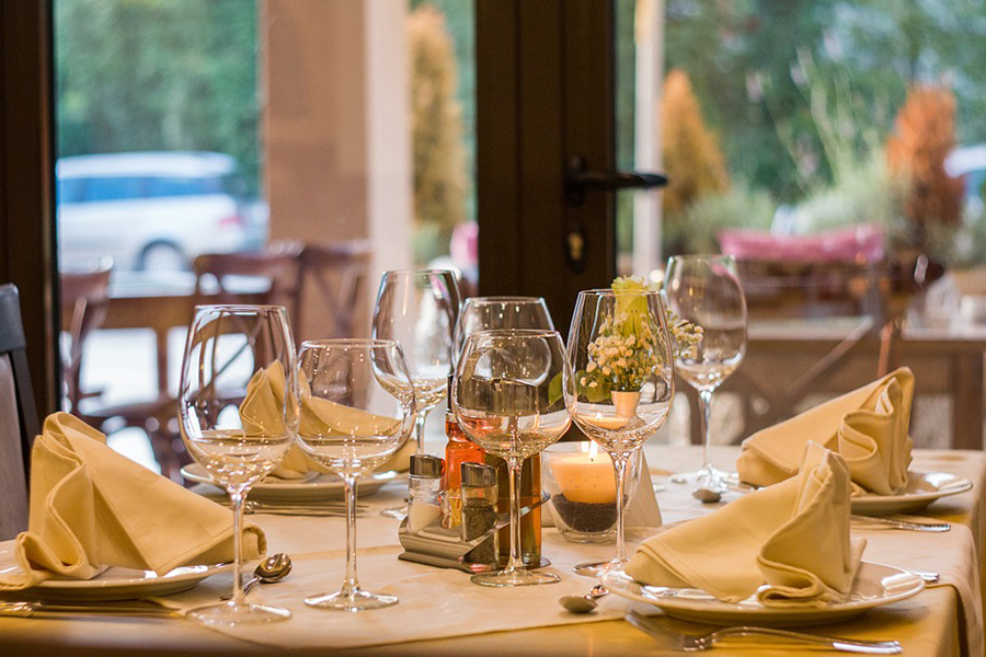 chronique-decoration-table-plan-jaune-blanc-epure