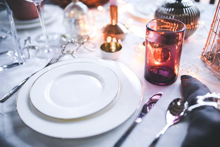 Chronique décoration mariage élégant romantique blanc et simple rouge