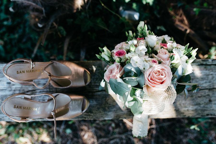 Chronique mariage à lyon chaussures d'hiver - bouquet de fleurs et escarpins