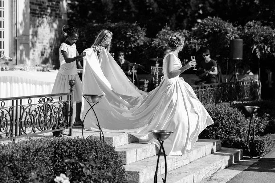 Wedding Planner à Lyon Lyloo et Maloé, l'arrivée de la mariée longue traine robe blanche
