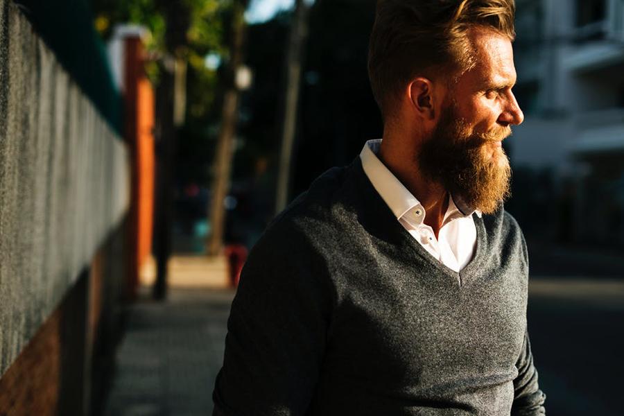 Chronique conseils barbe pour les mariés, auburn et pull gris