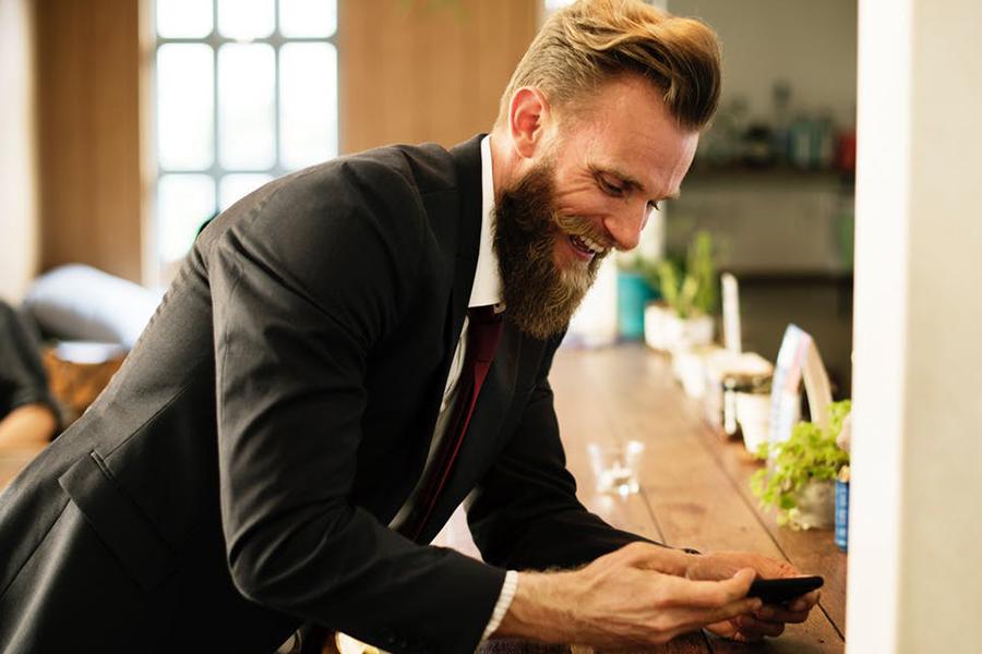 Chronique conseils barbe pour les mariés, costume noir et cravate