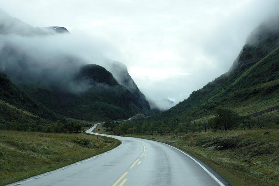 Chronique voyage de noce - paysage montagne brume et route