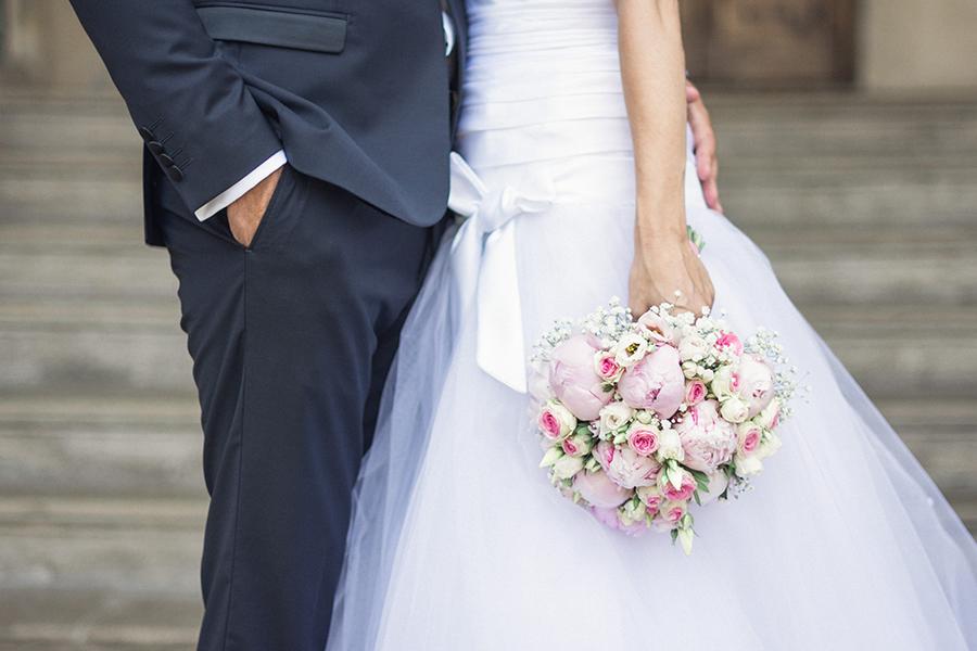 Mon joli jour wedding planner - shooting photo des mariés avec bouquet de fleurs