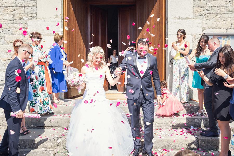 Mon joli jour wedding planner - shooting photo des mariés sortie du lieu de cérémonie