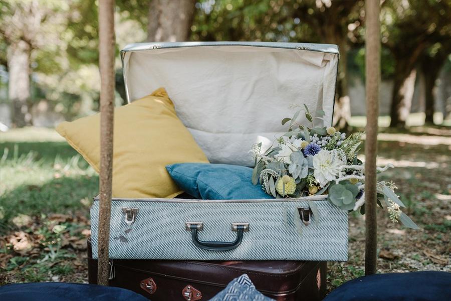 Fleuriste lyon mariage Art végétal inspiration folk décoration composition florale valise à coussins